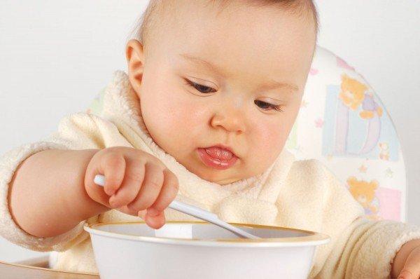 малыш кушает самостоятельно