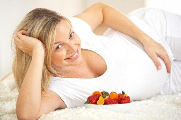Беременная девушка и ягоды