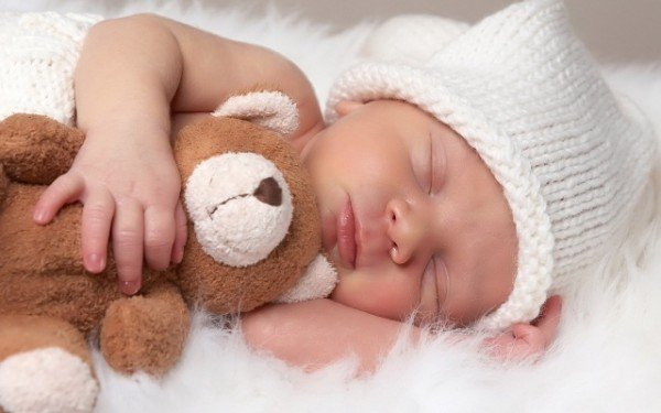 новорожденная кроха сладко спит