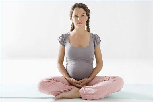 беременная девушка в позе лотоса