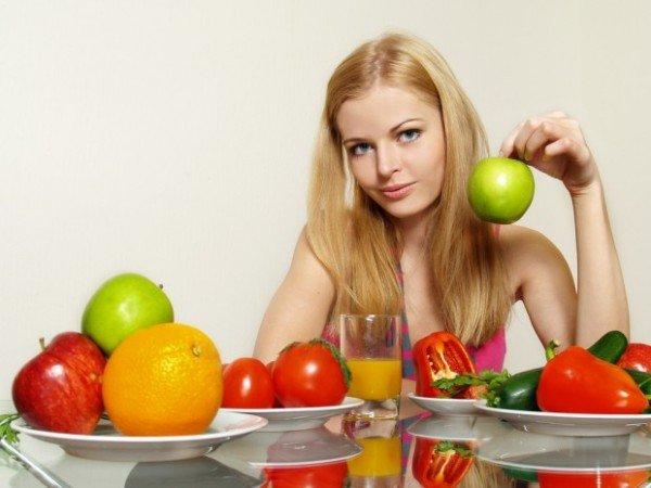 девушка ест фрукты и овощи