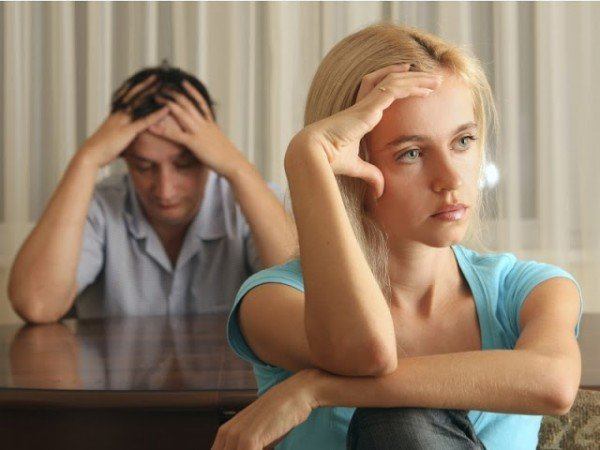 грустная женщина сидит спиной к своему мужу