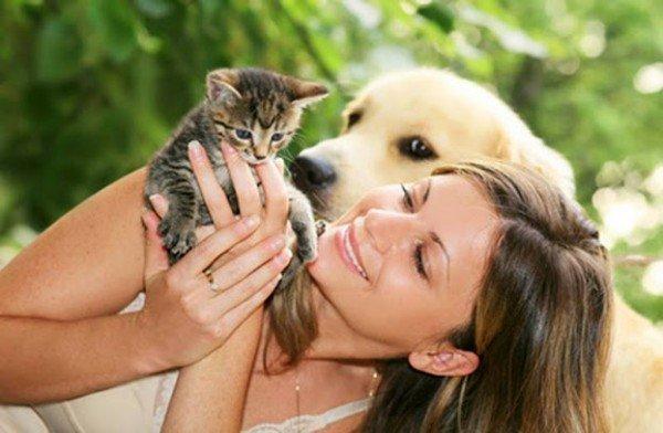 Девушка держит котенка на руках