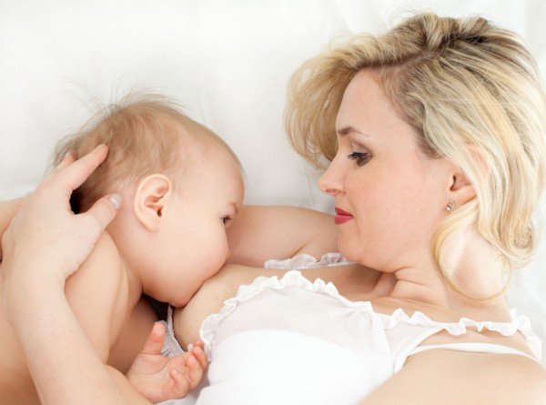 Чем раньше вы приложите ребенка к груди, тем быстрее наладится выработка молока
