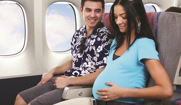 4 Беременная женщина сидит в самолете