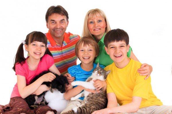 Счастливая семья с домашними животными