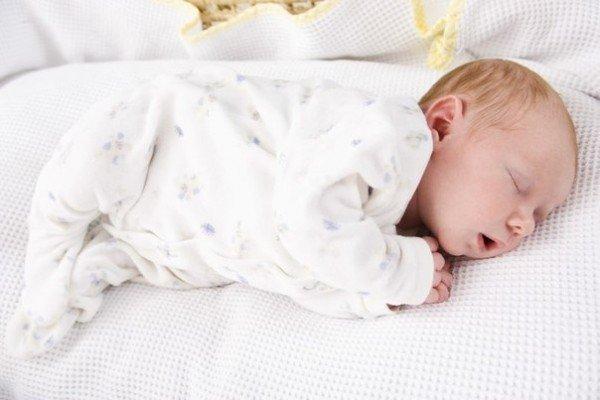 Пеленание новорожденных: до скольки месяцев оно актуально