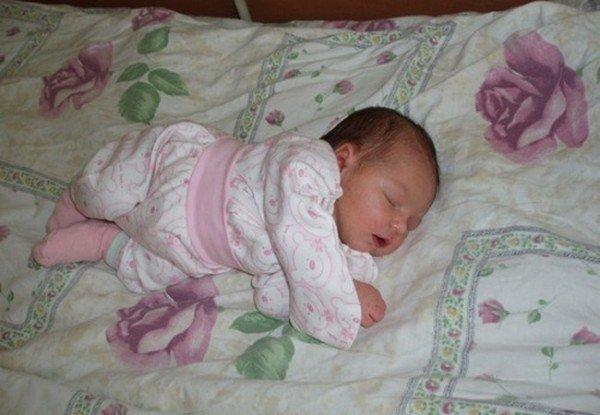 Младенец спит на боку