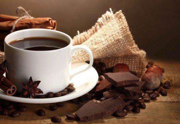 Чашка кофе и шоколад