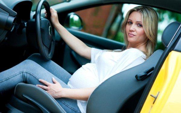 будущая мама за рулём