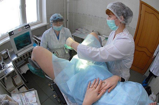 Осмотр на гинекологическом кресле беременной женщины в женской консультации
