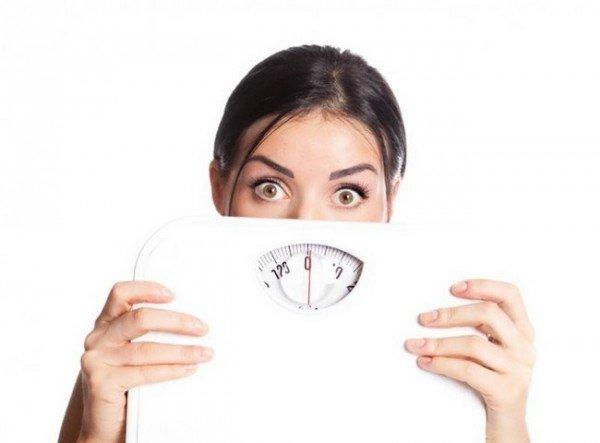 Женщина боится набрать лишние килограммы