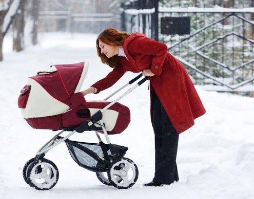 Молодая мама на прогулке