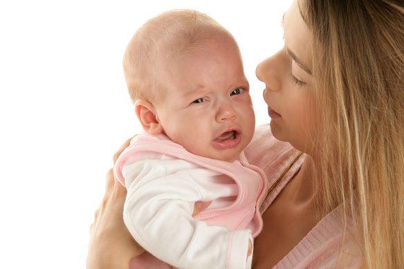 Колики сопровождаются плачем малыша, чем вызывают беспокойство у молодой мамы.
