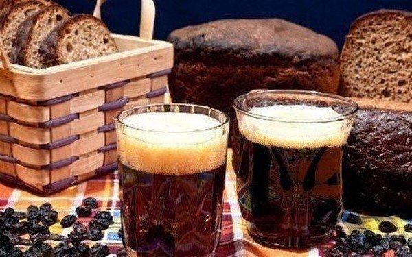 Пенистый квас среди хлеба и изюма
