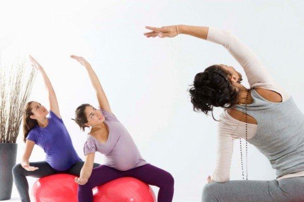 Беременные выполняют упражнения на фитболе