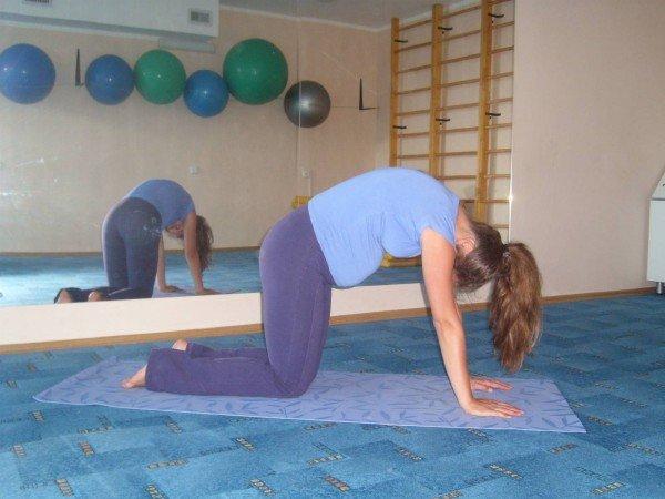 Женщина выполняет упражнения йоги