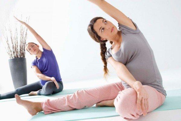 Будущие мамы выполняют упражнения