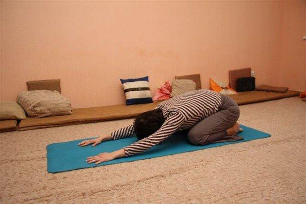 Женщина выполняет упражнение из йоги