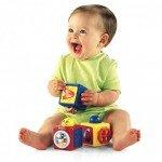 Маленький ребёнок и кубики