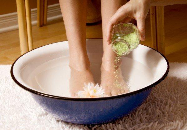 Женщина парит ноги