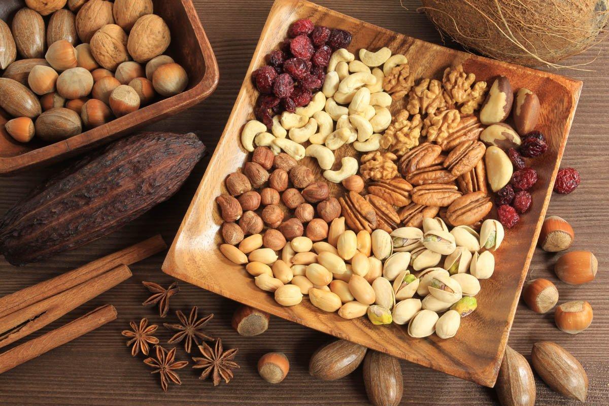 Орехи при грудном вскармливании ребёнка — можно ли?