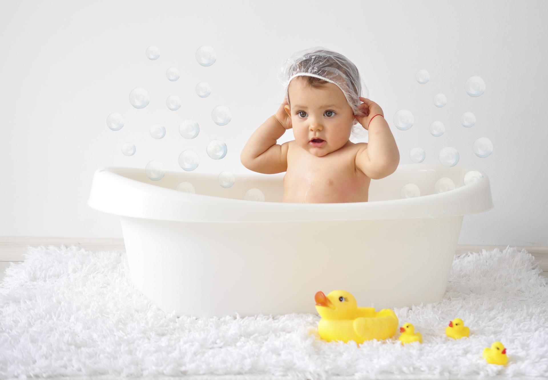 Ребёнок в ванне