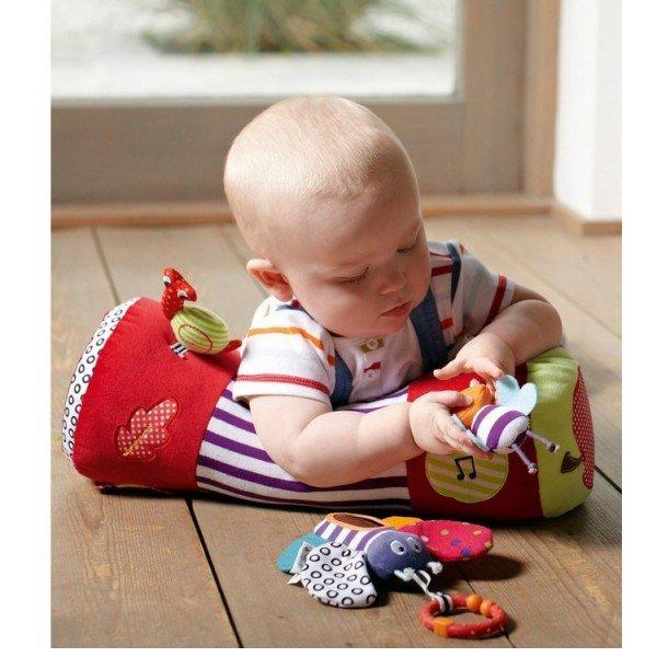 малыш с игрушками