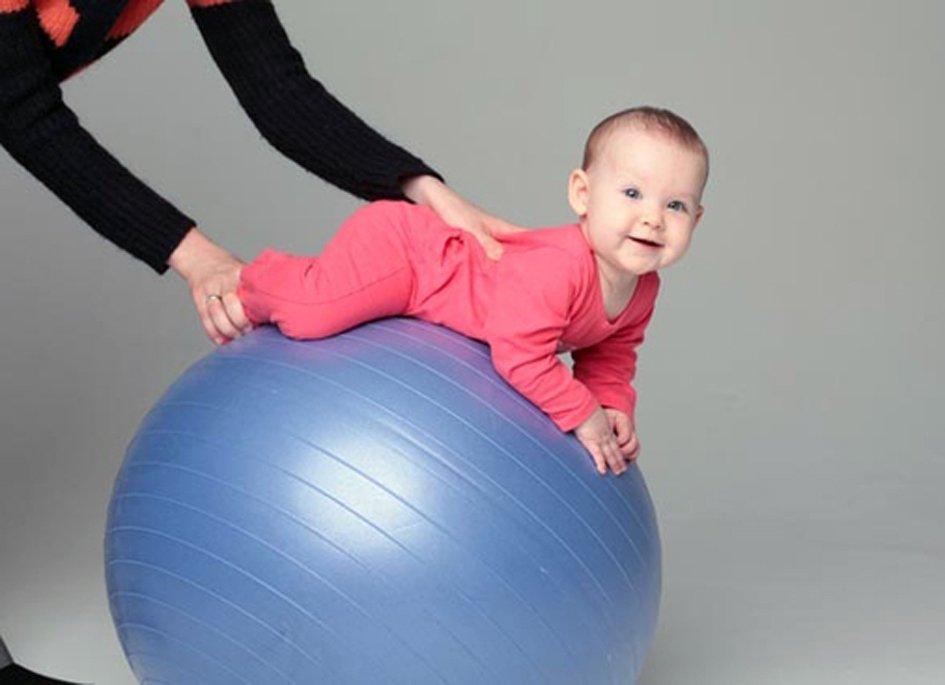 Упражнения на мяче для грудничков с 3 месяцев видео