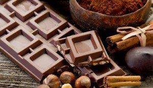 женщина есть шоколадку