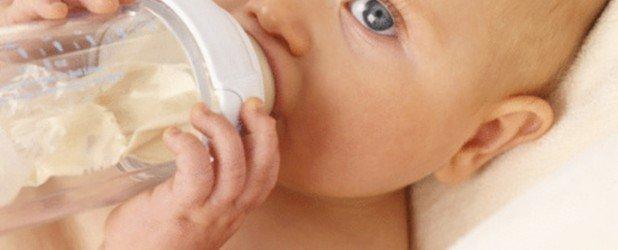 младенец с бутылочкий