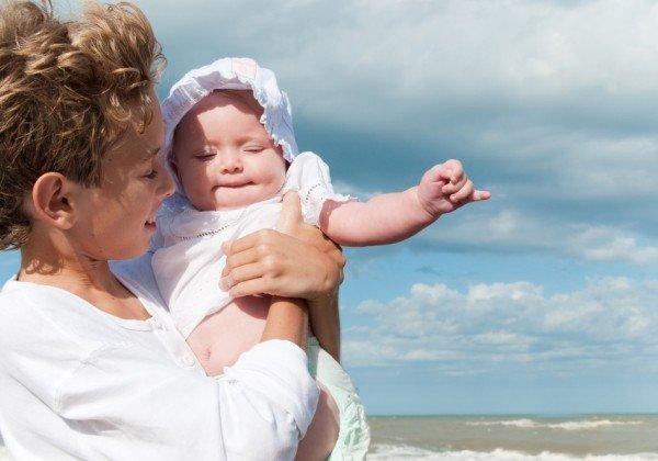 Прогулка мамы и малыша на свежем воздухе