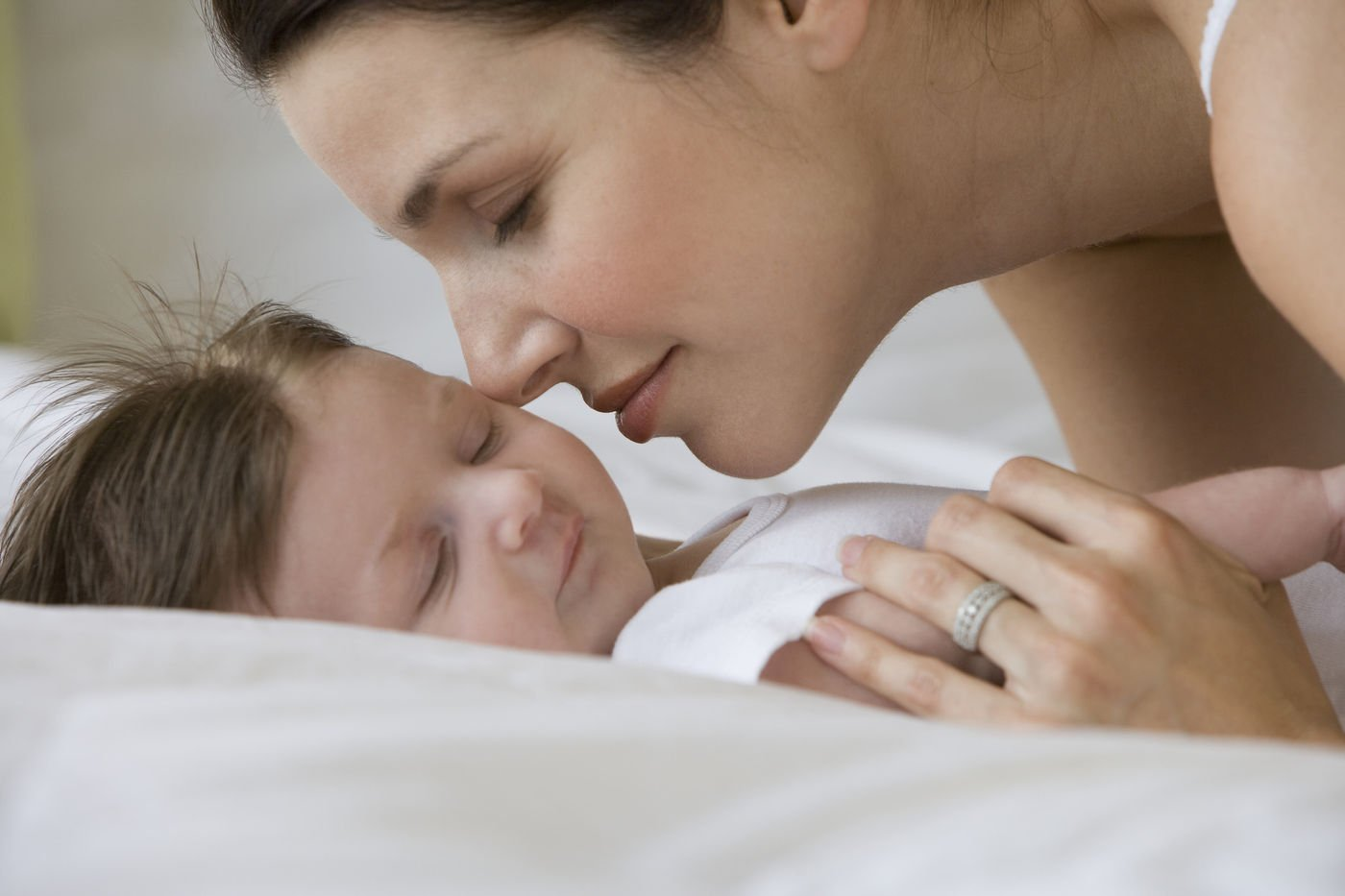 Физиологический насморк у грудничка: когда уход нужнее лечения