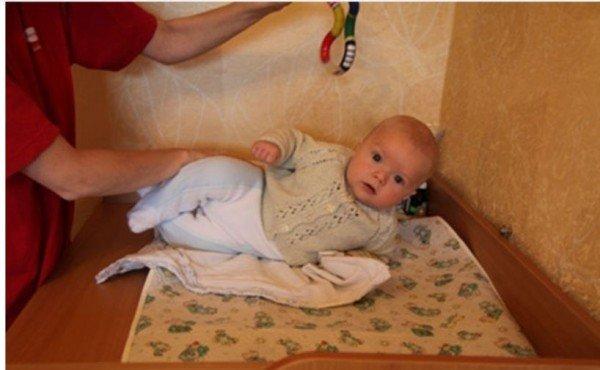 Малыш тянется за игрушкой во время переворота