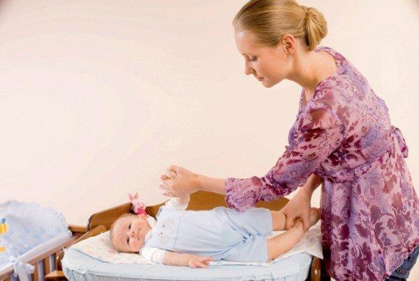 Мама и малыш выполняют упражнение