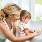 Мама моет ребёнку руки