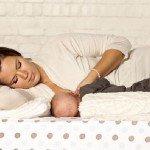 мама кормит малыша в положении «лёжа»