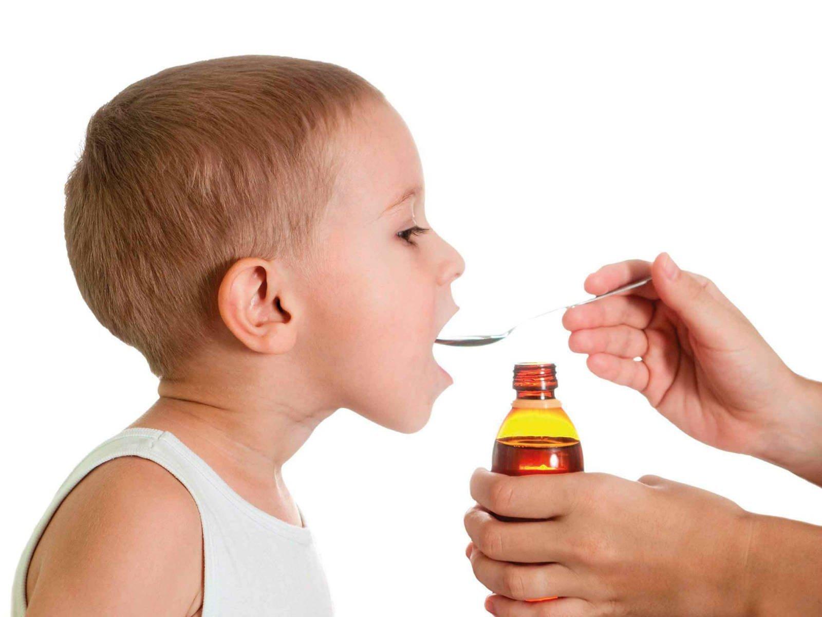 ребёнок принимает суспензию