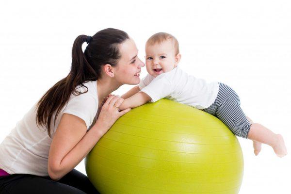 Мама, ребёнок и фитбол