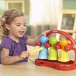 ребенок играет на музыкальном инструменте