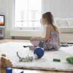 ребёнок смотрит телевизор