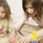 мама с дочкой мастерят поделки