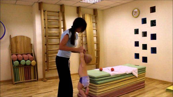 Мама с малышом во время занятия