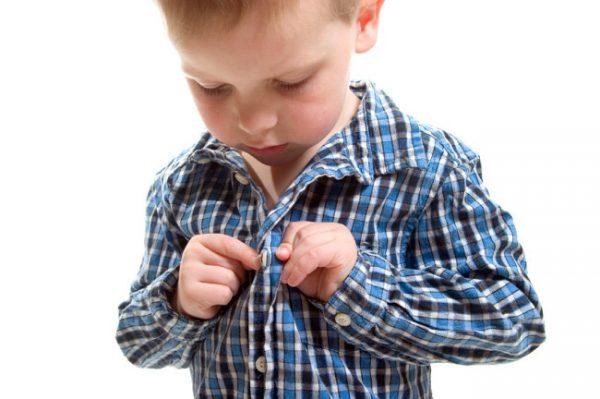 Ребёнок застёгивает пуговицы