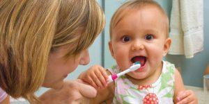 чистим зубы малышу
