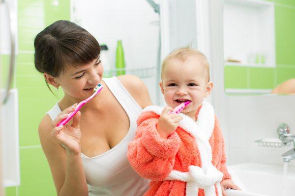 Малыш чистит зубы щёткой