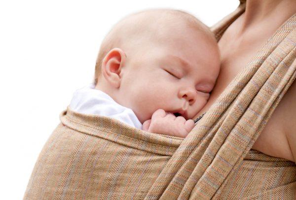 Младенец спит в слинге