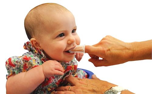 Чистка зубов грудничку силиконовым напальчником