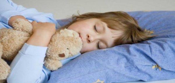 Девочка, не боясь, спит одна в обнимку с игрушкой