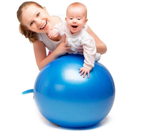 Занятия с малышом на фитболе